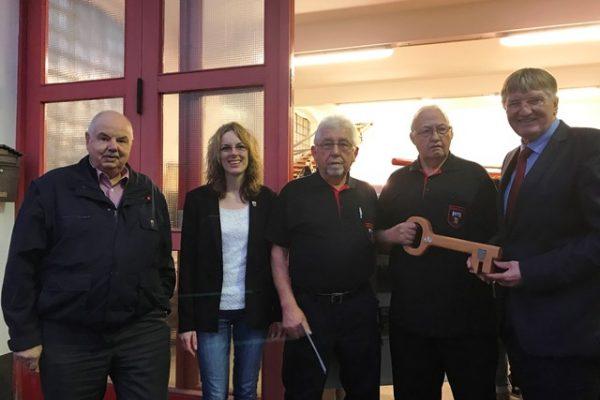 Harold Solms (l.), Verena Böcking und Detlef Rujanski (r.) waren bei der Eröffnung des Feuerwehrmuseums der Stadt Siegen in Trupbach bei der offiziellen Schlüsselübergabe an Klaus-Dieter Müller (m.) und seinem Team dabei.